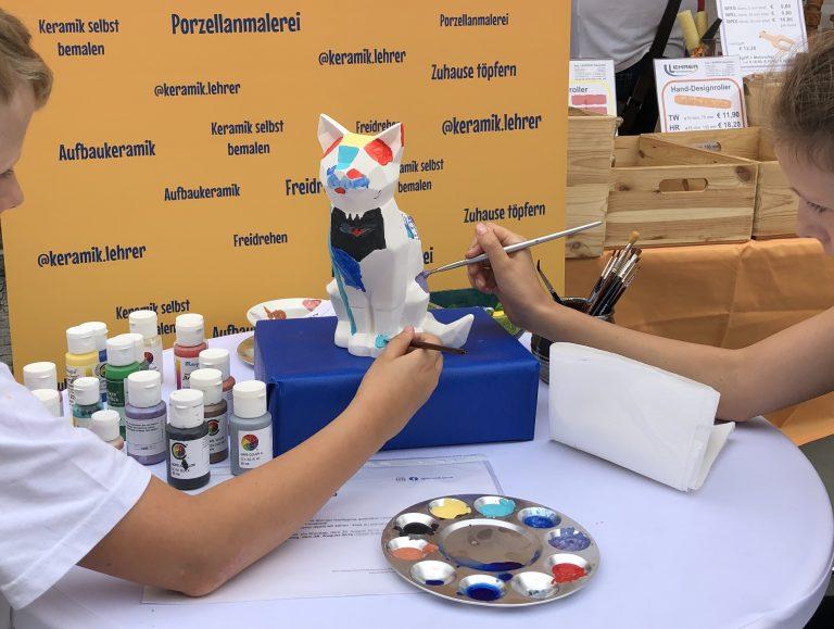 Kinder beim Malen mit Acrylfarben